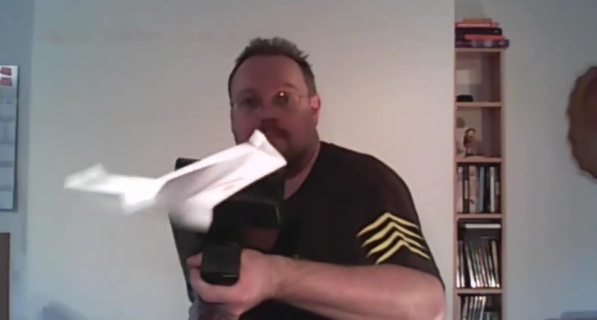 Paper_Airplane_Machine_Gun_Papierflieger-Maschinenpistole_-_YouTube_-_2015-07-07_00.07.35